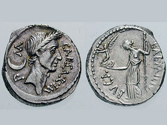Древнеримская монета с портретом Юлия Цезаря.