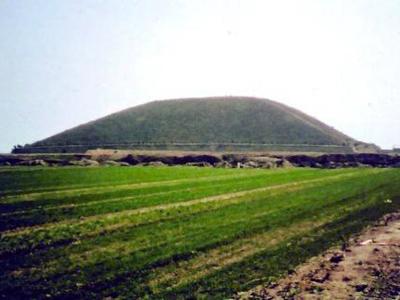 Многие китайские пирамиды издали выглядят как простые холмы