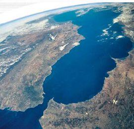 Гибралтарский пролив соединяет Средиземное море и Атлантический океан