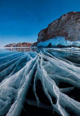 Трещины на льду озера Байкал