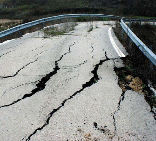Асфальтовая дорога после землетрясения