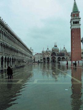 Высокая вода в Венеции заливает площадь Сан-Марко