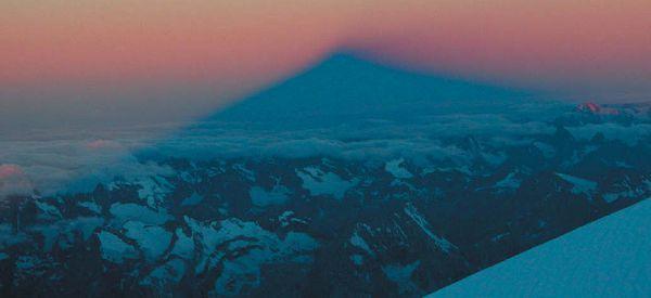 Тень от вершины вулкана Эльбрус появляется на облаках
