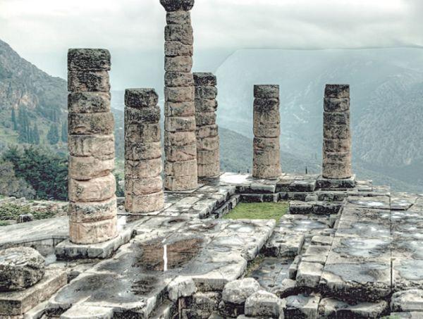 Зимний пейзаж в Центральной Греции на фоне руин Дельфийского храма Аполлона