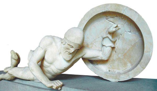 Фигура умирающего воина с восточного фронтона храма Афины Афайи