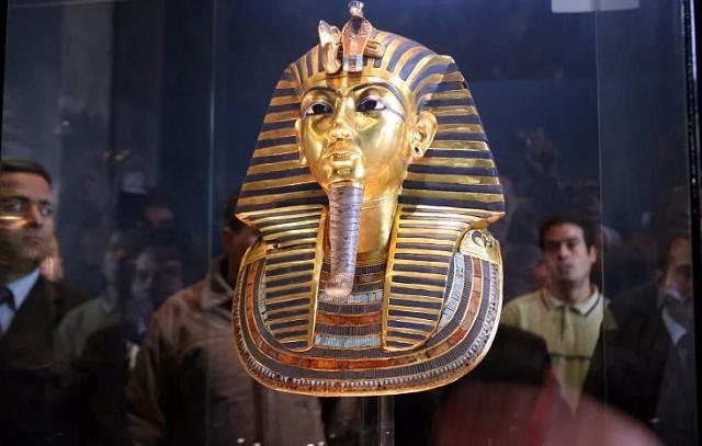 Золотая погребальная маска Тутанхамона (XIV в. до н. э.)