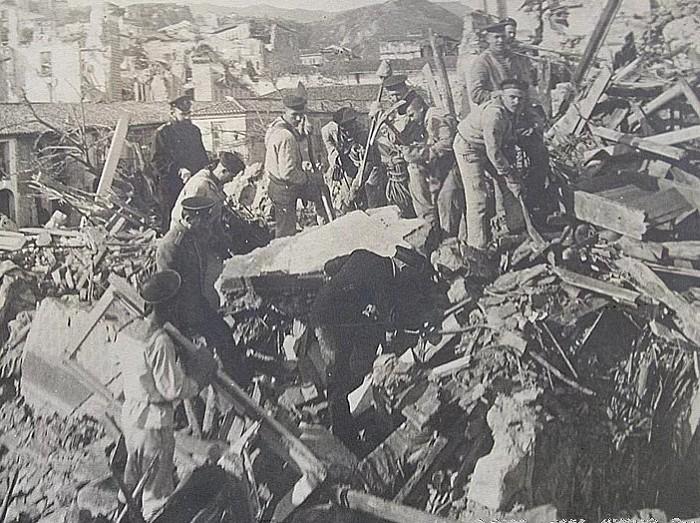 Русские моряки с броненосца «Слава» помогают проводить спасательные работы после землетрясения в Мессине (Италия). 28 декабря 1908 г.