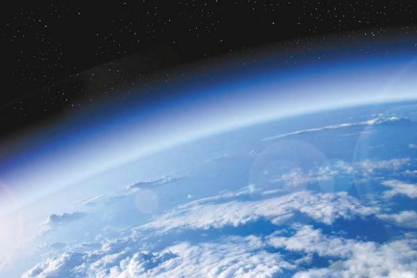 Воздух, составляющий атмосферу Земли, не является химическим соединением, а представляет собой смесь азота, кислорода, углекислого газа, водяных паров и инертных газов.