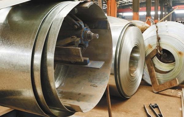 Производство оцинкованной стали. Цинк используется для защиты стали от коррозии