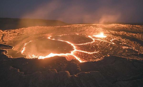 Разлившаяся по поверхности земли лава