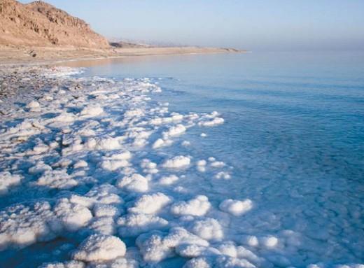 Отложения солей на берегу Мёртвого моря
