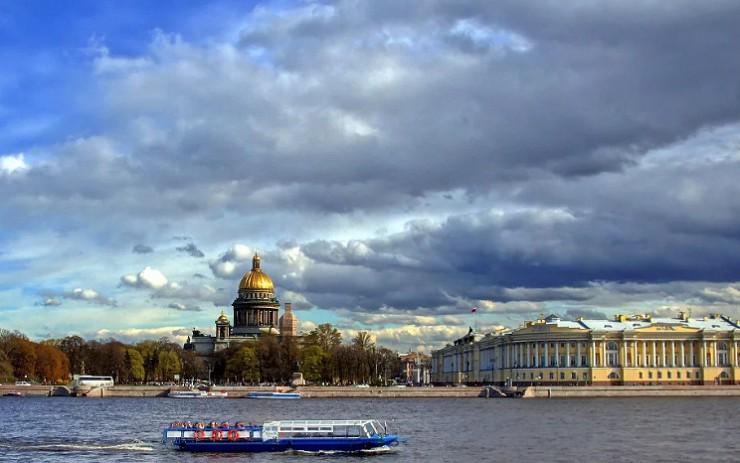 Вид на Зимний дворец и Исаакиевский собор со стороны Невы