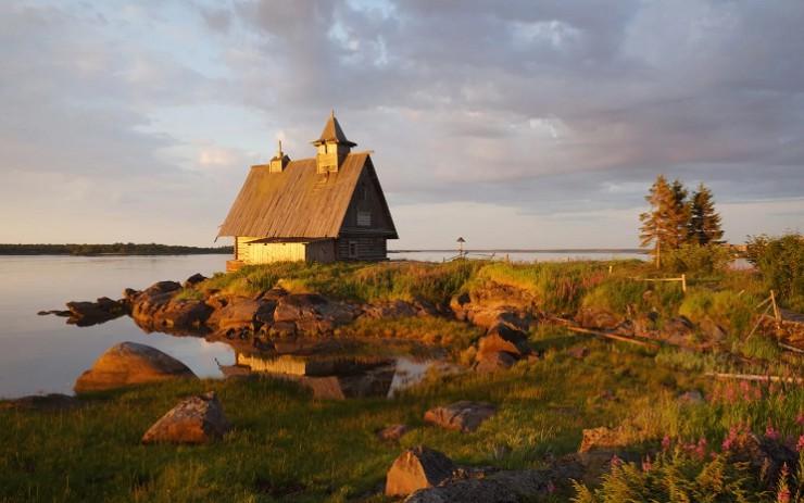 Суровое, но живописное побережье Белого моря на закате
