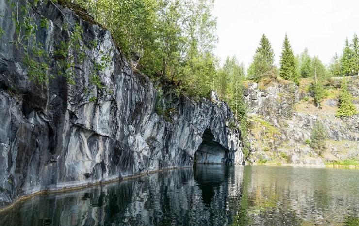 Природная арка в горном парке «Рускеала»