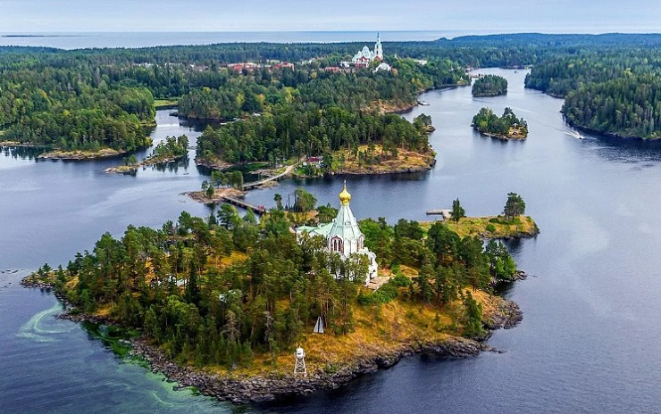 Церкви на острове Валаам, окруженном водами Ладожского озера