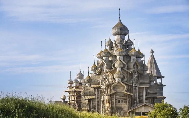 Деревянные церкви острова Кижи построены без единого гвоздя в начале XVIII в