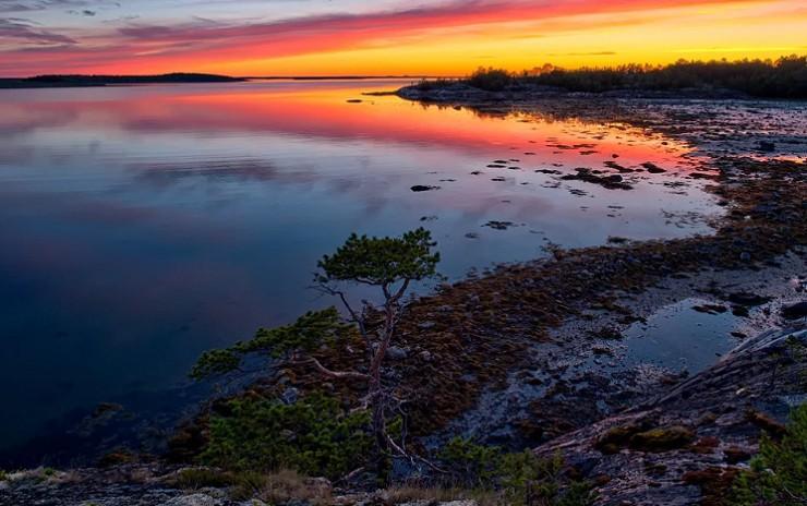 Живописная береговая линия Белого моря недалеко от города Кандалакша