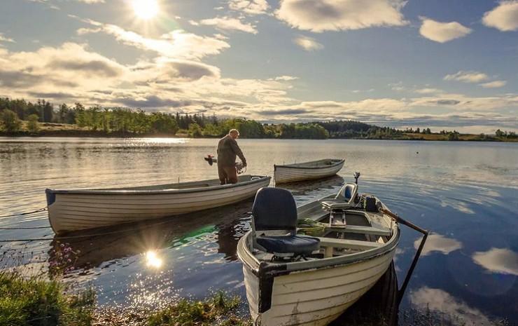 Рыбацкая лодка на берегу Валдайского озера