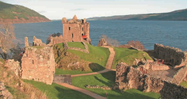 Замок Аркарт на берегу озера Лох-Несс в Шотландии (Великобритания)