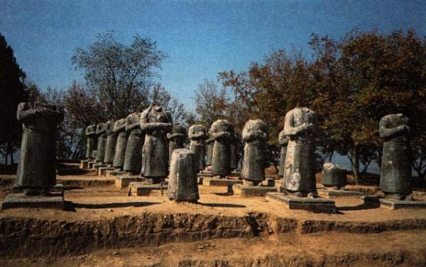 Аллеи каменных фигур посланников у императорской гробницы в Сяньлине