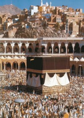 Паломники у священной Каабы во дворе Запретной мечети
