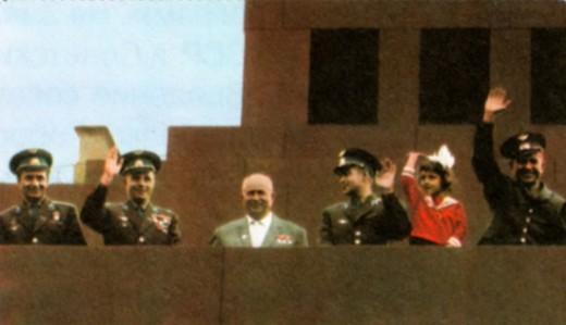 Н. С. Хрущев с космонавтами на трибуне мавзолея на Красной площади