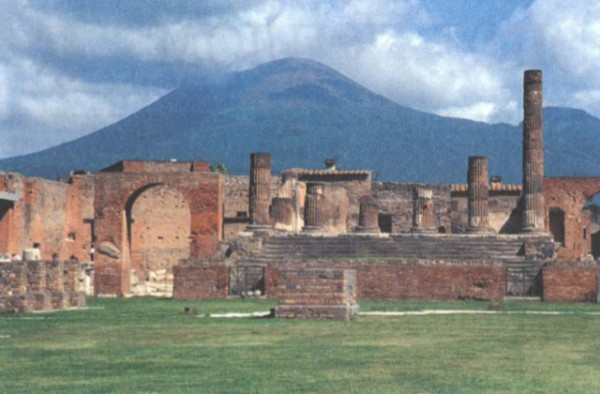 руины помпейского форума на фоне Везувия
