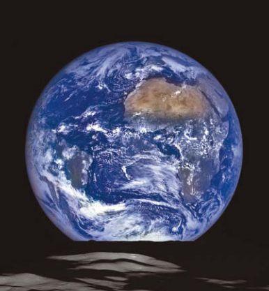 Снимок Земли на фоне Луны