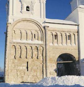 Лестничная башня и арочный переход древнего Боголюбовского замк