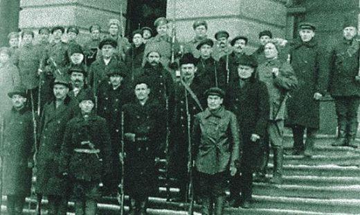 Революционные солдаты Красной гвардии в Петрограде. 1917 г.
