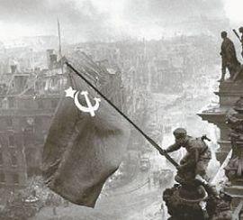 Советские солдаты водружают знамя над Рейхстагом 2 мая 1945 г
