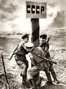 Советские солдаты устанавливают пограничный столб на восстановленой границе