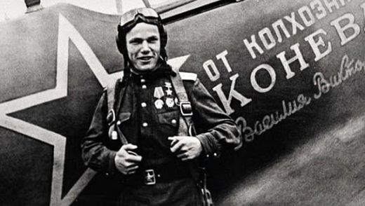 Старший лейтенант Кожедуб у своего самолёта Ла-5ФН