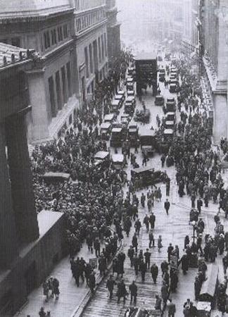 Толпы перед зданием биржи на Уолл-стрит